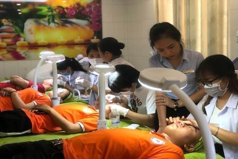sihn viên thực hành chăm sóc da tại khoa chăm sóc sắc đẹp
